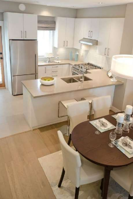 49- O fogão e a pia foram embutidos nos armário e ilha da cozinha americana pequena. Fonte: Tudo Construção