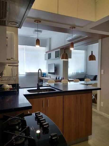 52- Na cozinha americana pequena sob a pia foram colocados armários para guardar os utensílios domésticos. Fonte: Maria Helena Torres