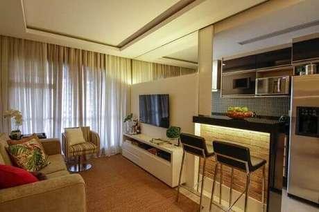 5- A cozinha americana pequena com sala utiliza a bancada iluminada com área de sala de jantar. Fonte: Site de Beleza e Moda