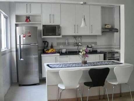 54- Os móveis planejados cozinha americana pequena vão até o teto e possuem nichos para embutir os eletrodomésticos. Fonte: Pinterest
