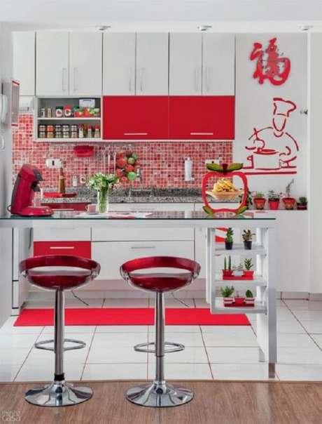 55- Na cozinha moderna o balcão tem estruturas com tampo de vidro e nichos para colocação de enfeites. Fonte: Casa e Construção