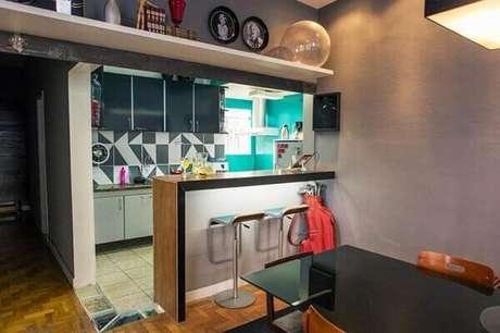 57- Os pisos diferentes entre a sala de jantar e a cozinha demarcam os espaços. Fonte: Art com Planejados