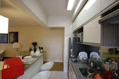 58- No forro a estrutura de gesso é a principal divisão entre a cozinha americana pequena e a sala. Fonte: Priolli Galuppo e Design