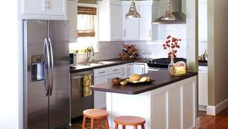 31- As banquetas altas e as luminárias pendentes sobre o balcão decoram a cozinha americana pequena. Fonte: Plantas de Casas
