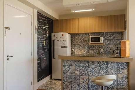 33- A parede pintada com tinta lousa dá graça ao ambiente e transforma a decoração em um estilo moderno. Fonte: Fernanda Duarte