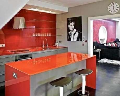 61- Os elementos coloridos decorativos da cozinha americana pequena transformam o ambiente em um espaço moderno e requintado. Fonte: Casa e Construção