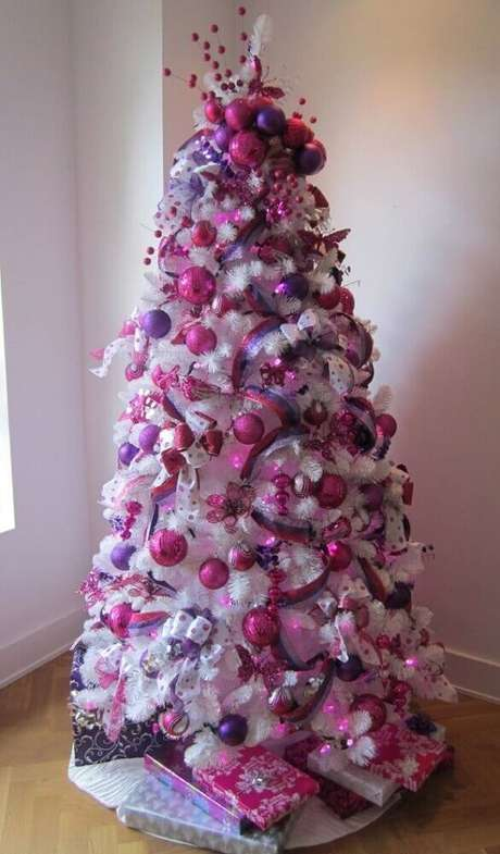 22. Para deixar a árvore de natal branca com um toque feminino, invista em enfeites natalinos em tons de rosa e lilás – Foto: MaaniTech
