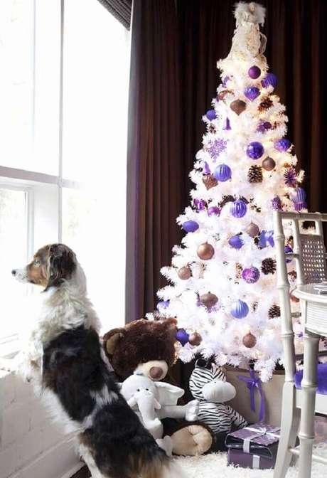 23. Decoração para árvore de natal branca com enfeites roxos e dourados – Foto: Pinterest