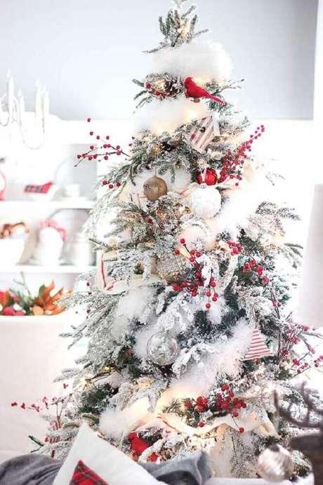 24. Linda árvore de natal branca decorada com enfeites clássicos – Foto: Hello Blogger