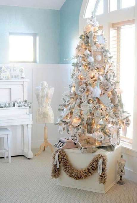 26. Decoração clean com árvore de natal branca decorada – Foto: Carmen Hummer