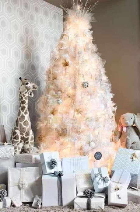 25. Para um estilo mais moderno de decoração natalina, tenha uma árvore branca bem iluminada mas com poucos enfeites natalinos – Foto: Pinterest