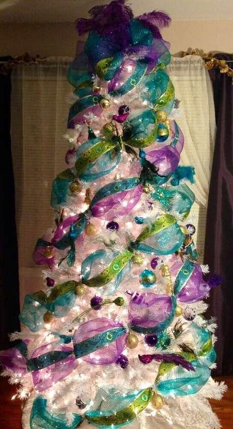27. Decoração colorida para árvore de natal branca – Foto: Pinterest