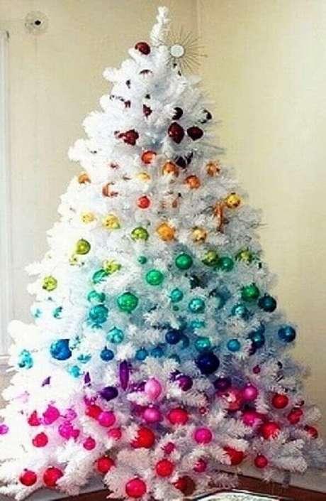 11. Para um ambiente mais alegre invista em um árvore de natal branca com enfeites coloridos – Foto: Hare Maristeit
