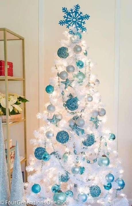 28. A árvore de natal branca e azul também fica perfeita para ambientes mais minimalistas e modernos – Foto: Decoration For Home