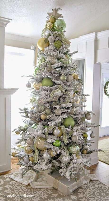 29. Linda decoração para árvore de natal branca e verde – Foto: Ella Claire