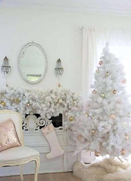 20. Decoração para sala de estar toda branca com árvore de natal branca – Foto: Lori Kennedy