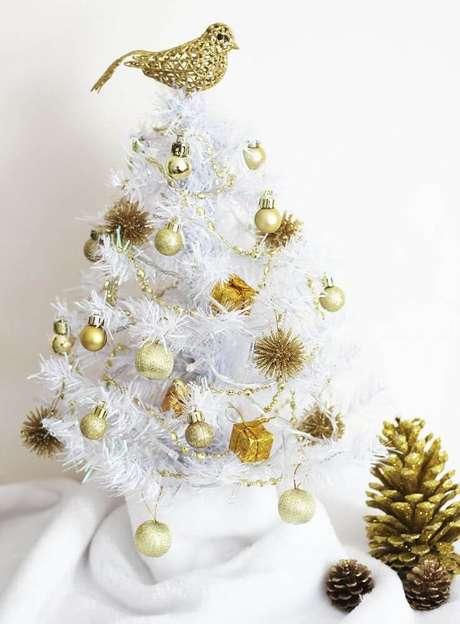 21. A árvore de natal branca pequena é perfeita para decorar ambientes mais compactos – Foto: The Holk