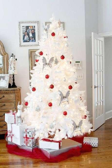 22. Decoração com árvore de natal branca decorada com enfeites natalinos vermelhos e prata – Foto: Duke Manor Farm