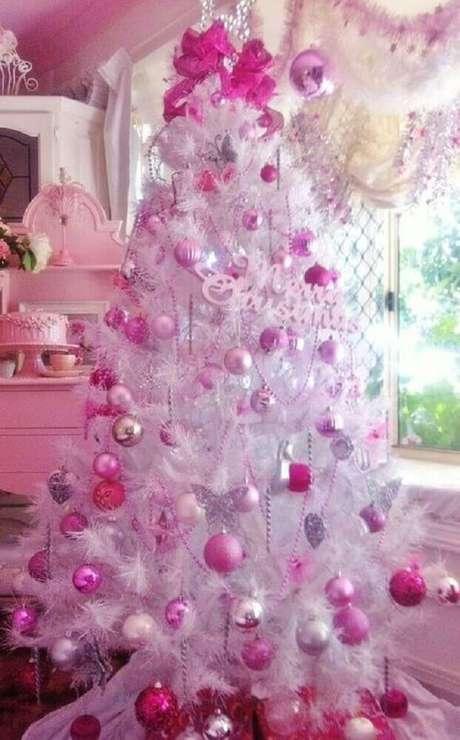 9. Árvore de natal branca decorada com itens cor de rosa para uma decoração natalina mais delicada – Foto: Pinterest