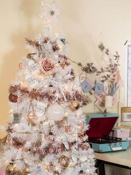 1. Decoração para árvore de natal branca com bolas douradas e rose gold – Foto: Rhyme