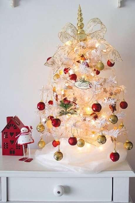 25. Invista em uma árvore de natal pequena para decorar o seu quarto – Foto: Pinterest