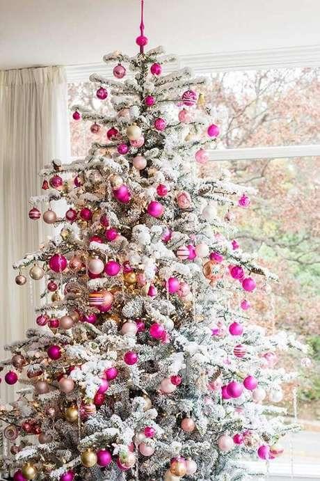 26. Linda decoração para árvore de natal branca com bolas em tons de rosa – Foto: Lovingit