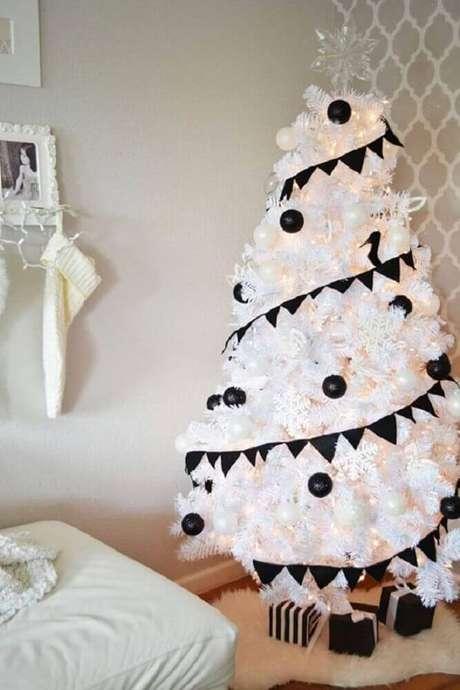 27. A árvore de natal branca decorada com enfeites pretos é garantia de uma decoração natalina moderna – Foto: Little Inspiration