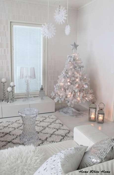 10. Decoração clean e moderna com árvore de natal branca com enfeites de natal prata – Foto: Home White Home