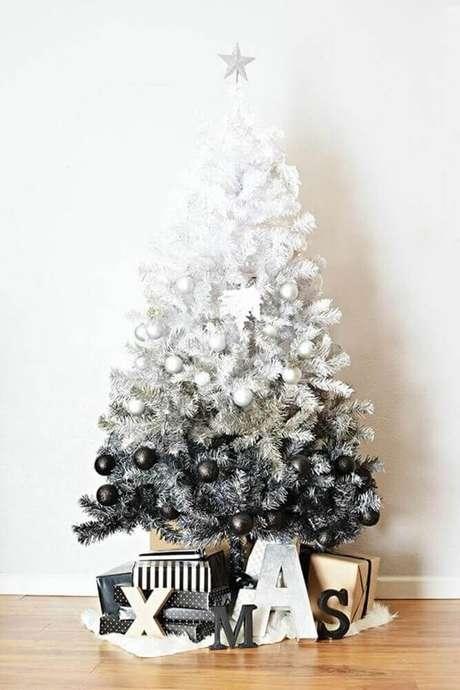 28. Decoração moderna com árvore de natal mesclada em branco e preto – Foto: Navidad