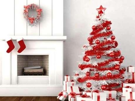 29. Os enfeites natalinos vermelhos ganharam bastante destaque na decoração do ambiente clean com árvore de natal branca – Foto: Pinterest