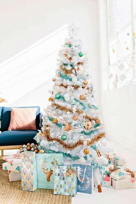 30. Decoração para sala com árvore de natal branca decorada com enfeites natalinos nas cores dourada, prata e verde – Foto: Pinterest