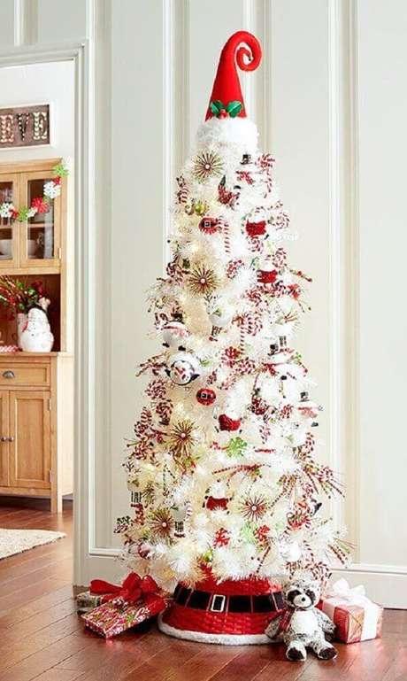 31, Linda decoração com árvore de natal branca com chapéu vermelho na ponta – Foto: Pinterest