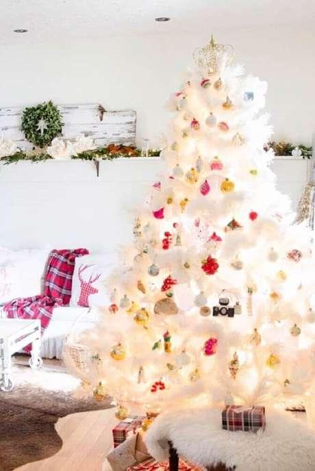 32. Os enfeites coloridos ganham bastante destaque na decoração de árvore de natal branca – Foto: Assetproject