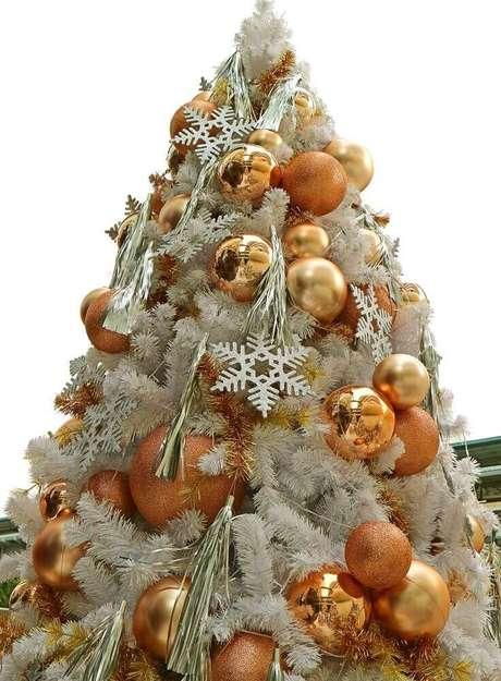 5. Não cometa excesso na decoração da árvore de natal branca – Foto: 123RF