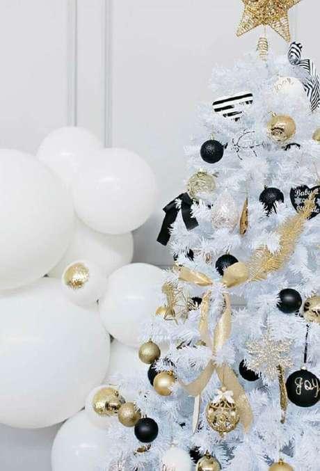 34. Modernidade e sofisticação para decoração de árvore de natal branca com enfeites pretos e dourados – Foto: Pinterest