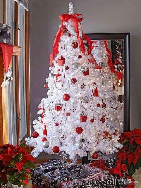 8. Linda decoração para árvore de natal branca com enfeites vermelhos – Foto: The Paper Boutique