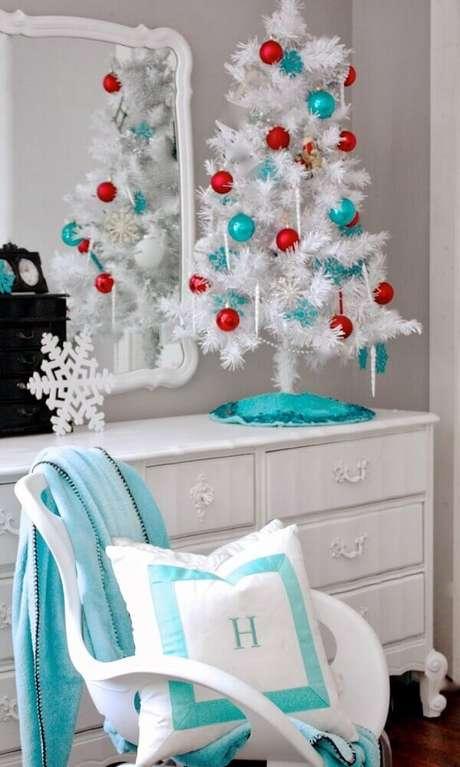 36. Para ambientes compactos invista em uma árvore de natal branca pequena decorada – Foto: Golbis