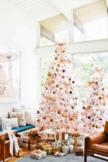 37. Decoração para sala com árvore de natal branca e dourada – Foto: Damask & Dentelle