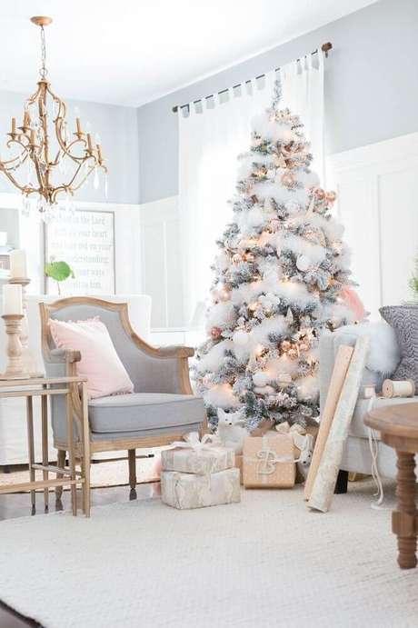 38. Decoração para sala em tons neutros com árvore de antal branca decorada – Foto: Azra Magazin
