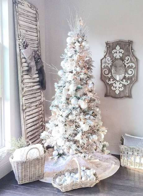 39. A árvore de natal branca também combina com ambientes rústicos – Foto: Pinterest