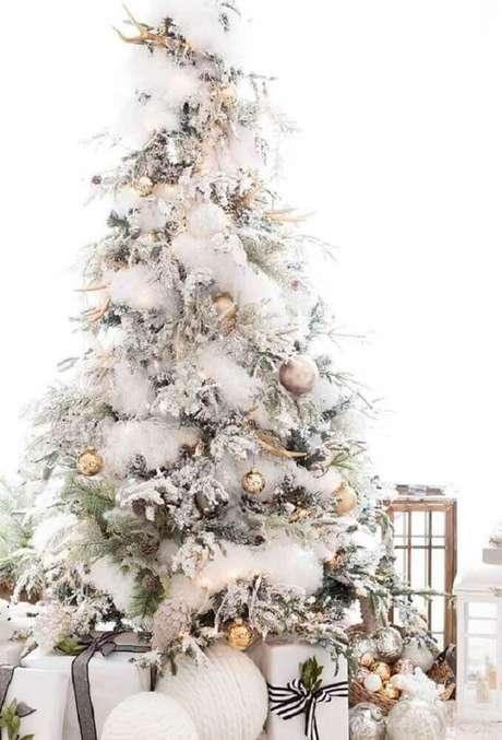 40. Decoração rústica para árvore de natal branca – Foto: Camilla Bellini