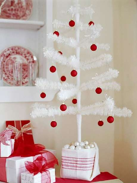 42. Delicada decoração com árvore de natal pequena e branca enfeitada com bolas vermelhas – Foto: Modern Furniture
