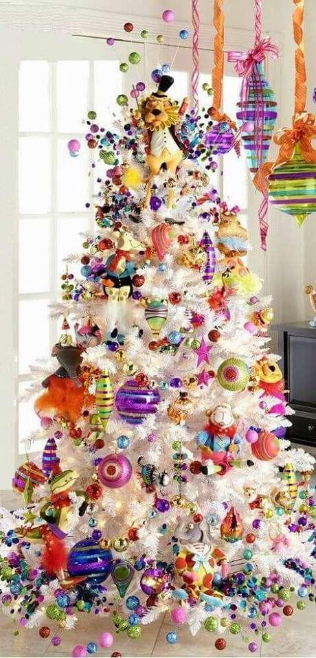 43. Os enfeites natalinos coloridos são perfeitos para uma decoração mais divertida para a árvore de natal branca – Foto: Canadian Living