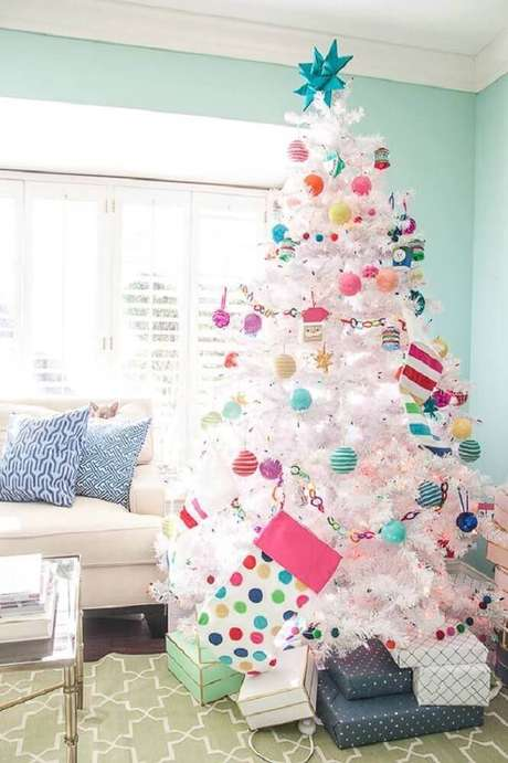 45. Decoração divertida para árvore de natal branca com enfeites coloridos – Foto: Home Decor