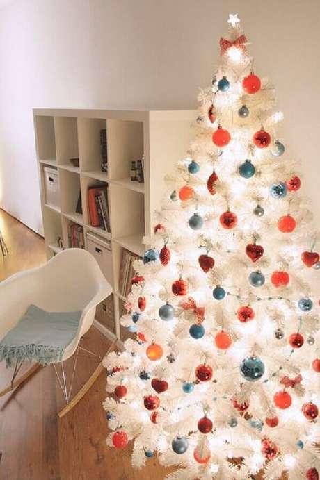 46. Decoração com bolas coloridas para árvore de natal branca – Foto: Pinterest