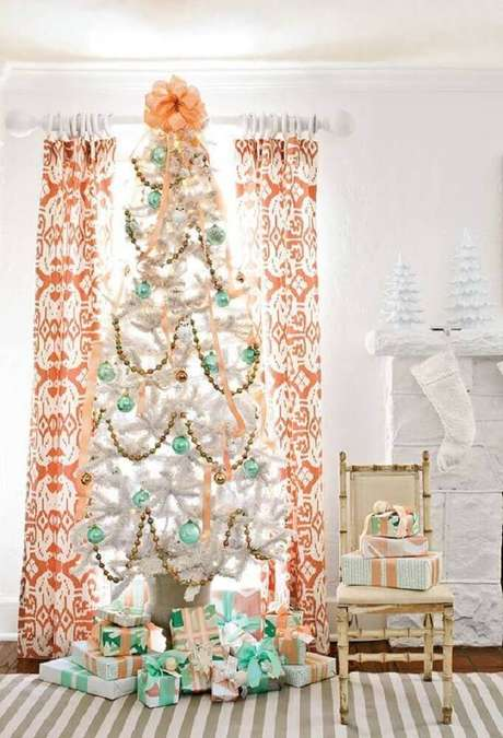 47. Sala decorada com grande árvore de natal decorada com bolas verdes – Foto: Pinterest