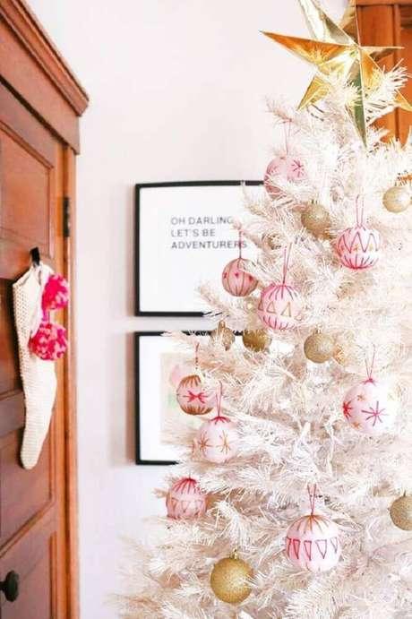 48. Os enfeites em tons de rosa são perfeitos para levar mais delicadeza a árvore de natal branca – Foto: A Beautiful Mess