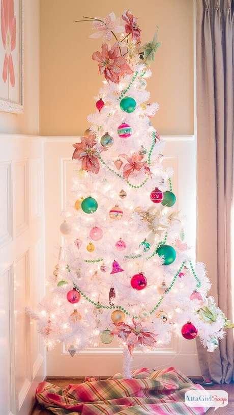 49. Decoração para árvore de antal com enfeites coloridos – Foto: Attagirlsays