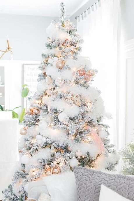 52. Linda decoração com árvore de natal branca decorada – Foto: Lernspiele
