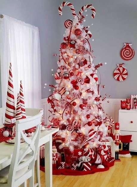 53. A árvore de natal decorada com enfeites vermelhos é super tradicional e é certeza de uma linda decoração natalina – Foto: Chicas Aloha